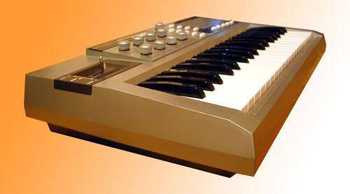 """Клавишный электромузыкальный инструмент (КЭМИ)  """"Маэстро """" представляет собой переносной четырехголосный полифонический..."""